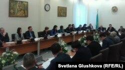 Депутаты парламента обсуждают нововведения в уголовный кодекс. Астана, 23 января 2014 года.