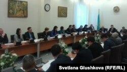 Қылмыстық кодексті талқылап отырған парламент депутаттары. Астана, 23 қаңтар 2014 жыл. (Көрнекі сурет)