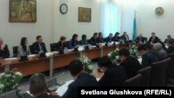 Парламент депутаттары қылмыстық кодексті талқылап отыр. Астана, 23 қаңтар 2014 жыл.