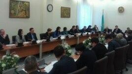 Депутаттар жаңа қылмыстық кодекс жобасын талқылау кезінде. Астана, 23 қаңтар 2014 жыл (Көрнекі сурет)