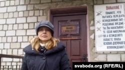 Натальля Пінчук на ўваходзе ў Бабруйскую калёнію
