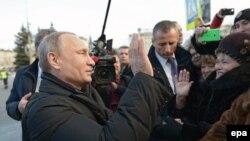 Президент России Владимир Путин беседует с местными жителями в городе Нижний Тагил. 25 ноября 2015 года.
