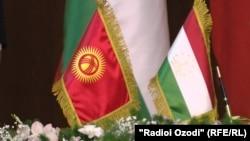 Флаги Кыргызстана и Таджикистана.