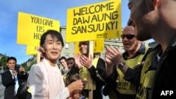 Aung San Su Kji u prit me ngrohtësi gjatë vizitës në Parlamentin e Zvicrës në Bernë