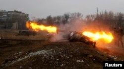 Орусиячыл жикчилдер танкка каршы ок атууда. Донецк, 1-март, 2015