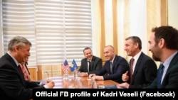 Ambasadori amerikan, Philip Kosnett është takuar sot me kryeparlamentarin, Kadri Veseli dhe kryeministrin, Ramush Haradinaj.