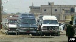 Makinat në pjesën irakiane duke pritur për të kaluar në qytetin kufitar sirian Al-Bukamal