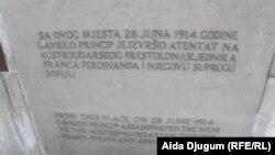 Ploča u Sarajevu na mjestu na kojem je izvršen atentat, jun 2013.
