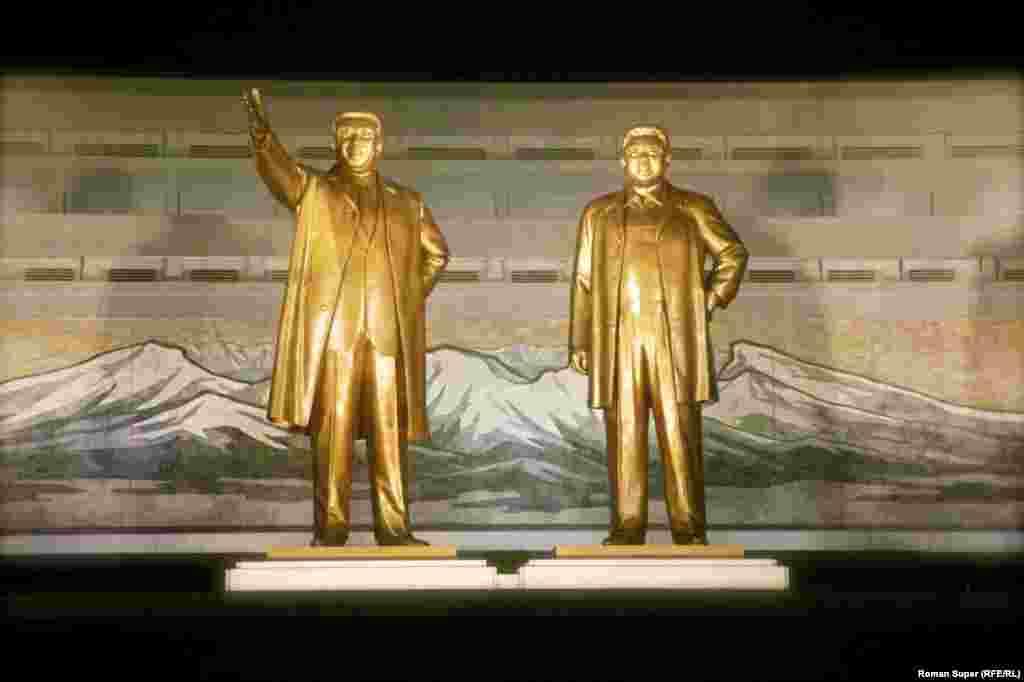 Место силы. Монументы – Ким Ир Сен и Ким Чен Ир. Ночь. Людей в Пхеньяне ночью на улицах нет. Ни одного человека. Оно и понятно – подъем у страны централизованный – в 6 утра