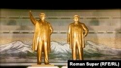 Монументы прежних правителей КНДР - Ким Ир Сена и Ким Чен Ира.