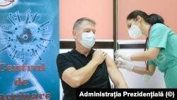Klaus Iohannis román elnök megkapja a koronavírus elleni Pfizer-BioNTech védőoltás első adagját egy bukaresti kórházban, Romániában, 2021. január 15-én.