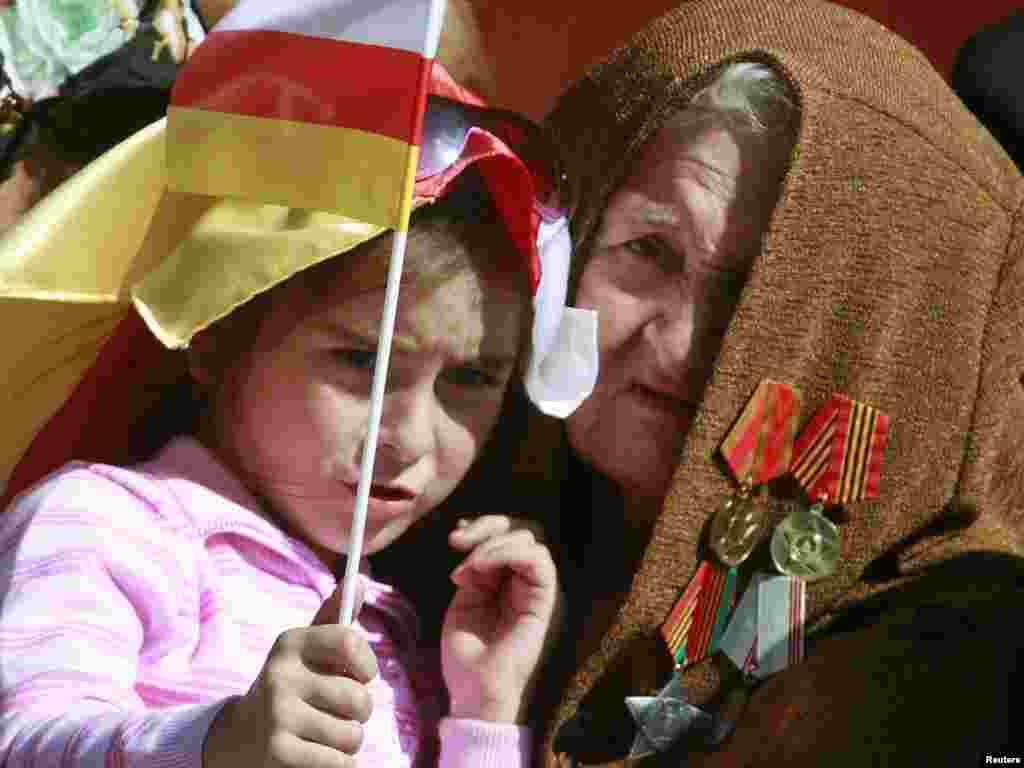 Дитина тримає прапор Південної Осетії під час святкування 20-річчя проголошення цією сепаратистською республікою незалежності від Грузії, Цхінвалі, 20 вересня. Photo by Kazbeg Basayev for Reuters