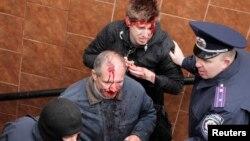 Прихильники єдиної України, побиті у Харкові сепаратистами, 13 квітня 2014 року