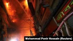 В сградата, където е започнал пожарът, са се съхранявали леснозапалими вещества.