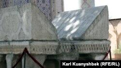 """Ақсақ Темір кезінде """"османдық Құран"""" қойылған тақта тас. Самарқанд, 24 тамыз 2012 жыл."""
