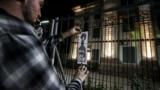Кілька десятків людей прийшли на акцію під посольство, щоби подивитися, як активісти «підпалюють» будівлю за допомогою проектора