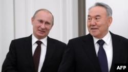 Президент России Владимир Путин (слева) и президент Казахстана Нурсултан Назарбаев (справа). Москва, 9 октября 2012 года.
