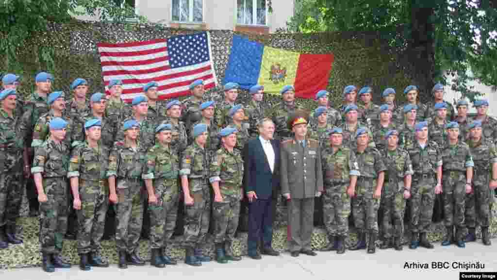 25 iunie 2004, ministrul Apărării al SUA, Donald Rumsfeld, la Chişinău