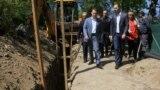 Претседателот на ВМРО-ДПМНЕ Никола Груевски во увид во градежни активности при доизградба на канализациона мрежа во општина Ѓорче Петров.
