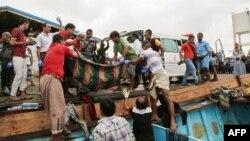 این تصویر در ۱۷ مارس ۲۰۱۷ گرفته شده و انتقال کشته و زخمیها از قایق را نشان میدهد. شناوری که در حال نزدیک شدن به بندر حدیده بود، حامل پناهجویان سومالی بود.