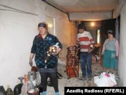 Sakinlər yanıb qaralmış əşyalarının arasından salamat qalanları axtarır.
