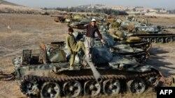کودکان در حال بازی با تانکهای به جای مانده از دوران اشغال افغانستان توسط روسیه .