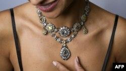 Модель демонстрирует предлагаемое к продаже на Sotheby's бриллиантовое ожерелье, принадлежавшее российской императорской семье. Женева, 9 ноября 2016 года.