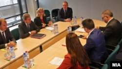 Средба на вицепремиерот Фатмир Бесими со еврокомесарот за соседска политика и преговори за проширување Јоханес Хан во Брисел на 4 декември 2014.
