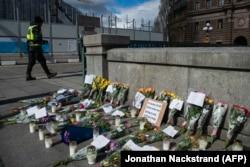 Уникальное для Европы фото: импровизированный мемориал памяти умерших от COVID-19 в центре Стокгольма, куда их родные приносят цветы. В Италии или Испании создать такое место памяти было просто некому из-за строгого режима самоизоляции