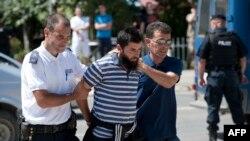Полицейские Косово ведут в суд подозреваемого в участии в боевых действиях в Сирии. Приштина, 12 августа 2014 года.