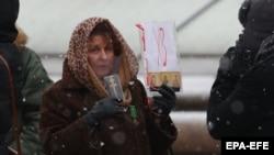 Александр Лукашенкога қарши пенсионерлар акциясининг иштирокчиси, Минск, 2020 йил 14 декабри