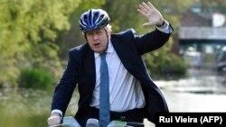 Boris Conson velosiped sürərkən