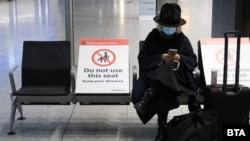 Një udhëtare në një aeroport të Londrës.