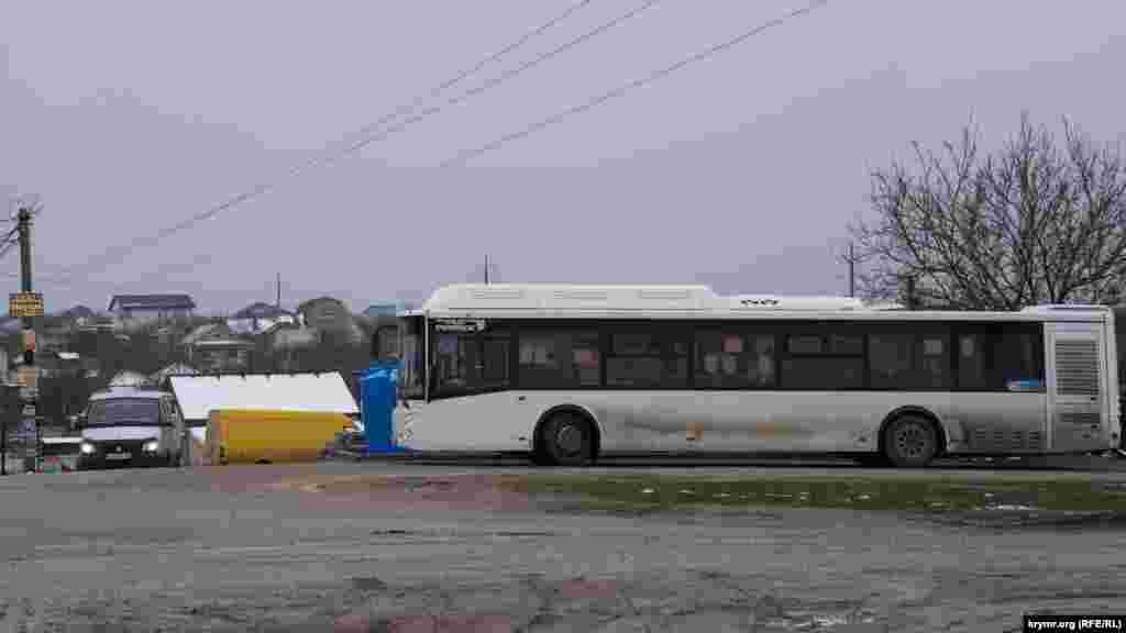 На кінцевій автобусній зупинці Живописного. Всього ж в межах масиву вісім зупинок