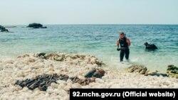 Спасатели выносят боеприпасы, найденные на дне моря