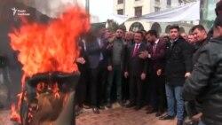 Новообраний мер турецького міста підпалив своє крісло – відео