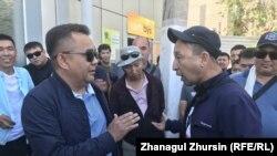 Момент протеста водителей автобусов. Меиржан Ондиргенов, президент компании «Емшан» (слева), призывает к спокойствию. Актобе, 1 июня 2021 года.