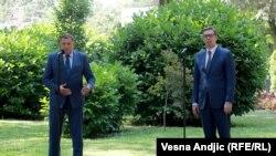 Presidenti serb, Aleksandar Vuçiq (djathtas) dhe anëtari serb i presidencës trepalëshe të Bosnje-Hercegovinës, Millorad Dodik më 4 gusht në Beograd.