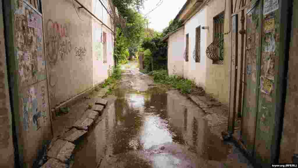 Дощ продовжує заливати тісні дворики