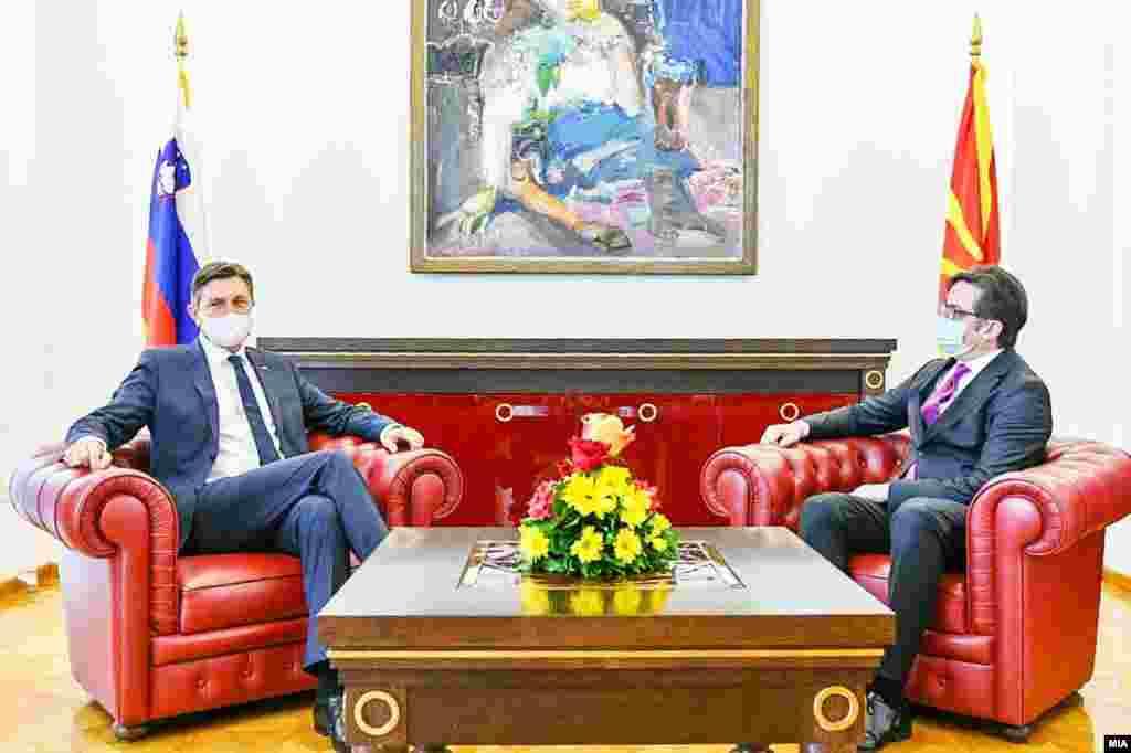 СЕВЕРНА МАКЕДОНИЈА / СЛОВЕНИЈА - Меѓувладината конференција да се одржи веднаш и без одлагање, бидејќи ова е приликата што ЕУ не смее да ја пропушти, изјави денеска словенечкиот претседател Борут пахор во Скопје, по средбата со македонскиот претседател Стево Пендаровски, со што почна неговата дводневна официјална посета на Северна Македонија.