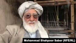 حاجی اصغر یکی از بافندههای ابریشم در ولایت هرات