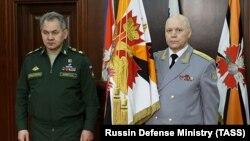 Игорь Коробов, руководитель главного управления Генштаба России (справа), и министр обороны России Сергей Шойгу. Москва, 2 февраля 2016 года.