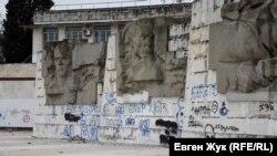 Барельефы на одной из двух смотровых площадок, выполненные в духе позднего социалистического реализма, сегодня испещрены надписями вандалов