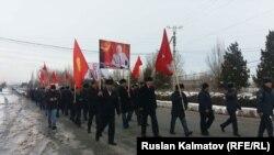 В Базар-Коргонском районе члены партии «Ата Мекен» устроили пеший марш в честь 60-летия Омурбека Текебаева.