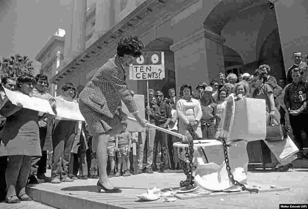Красавік 1969, амэрыканская актывістка разьбівае кувалдай парцалянавы ўнітаз у Каліфарнійскім Сакрамэнта, пратэстуючы супраць платных прыбіральняў. (Walter Zeboski/AP)