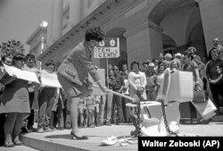 Член законодательного собрания Калифорнии Марч Фон Ю в знак протеста против платных туалетов разбивает унитаз перед зданием Калифорнийского Капитолия. 26.04.1969
