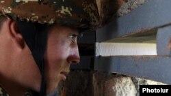 ՀՀ ԶՈՒ զինծառայողը մարտական հերթապահության ժամանակ, արխիվ