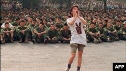 Студент призывает военнослужащих разойтись – за несколько часов до кровавого разгона демонстраций. Пекин, 3 июня 1989 года.