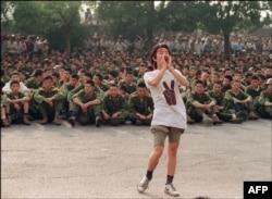 Студент обращается к военным покинуть площадь Тяньаньмэнь. В этот же день, 3 июня 1989 года, студенты начали голодовку