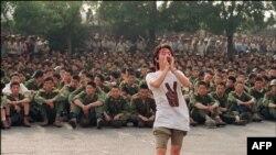 3 червня 1989 року студент звертається до військових залишити площу Тяньаньмень. Того дня студенти почали голодування